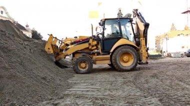 Excavator transports gravel — Stok video
