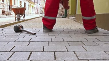 Masons hands are fitting flagstone. — Stock Video