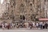Turistas que visitan la sagrada familia — Foto de Stock