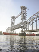 Przejście statku pod most zwodzony rano w Rostov na Do — Zdjęcie stockowe