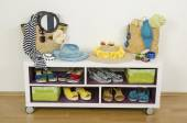 Lots of colorful summer accessories on a shelf. Bags, jewelry, shoes and sandals nicely arranged on a shelf — Stock Photo