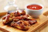 Chicken wings with sriracha sauce — Stock Photo
