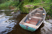 Old boat on the shore of the lake — Stock Photo