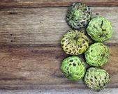 Fruto de chirimoya en la mesa de madera — Foto de Stock