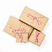 Pacote de papel pardo com barbante vermelho e branco em backg branco — Fotografia Stock