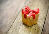 Geschenk-Box auf alten Holztisch — Stockfoto