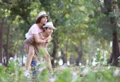 Casal atraente de asiáticos em amor junto no parque — Fotografia Stock