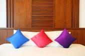 красочные подушки на кровати отель — Стоковое фото