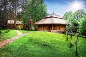 Caminho para a casa de madeira no gramado verde — Fotografia Stock