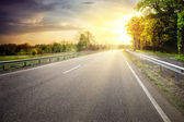Asphalt road leaving for turn to the sun — Stock Photo