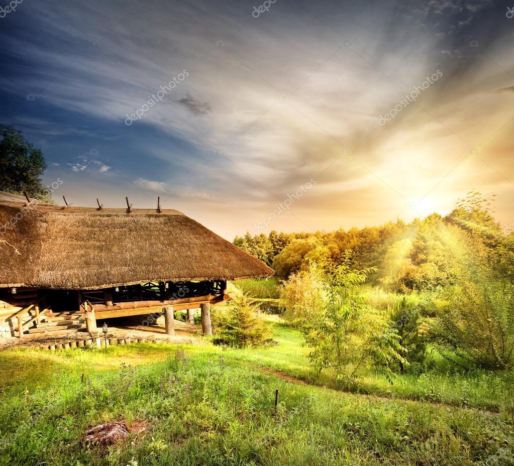 Houten pergola met een rieten dak stockfoto alexlukin 81211192 - Pergola met dak ...