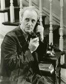 Furtivamente en una llamada telefónica — Foto de Stock