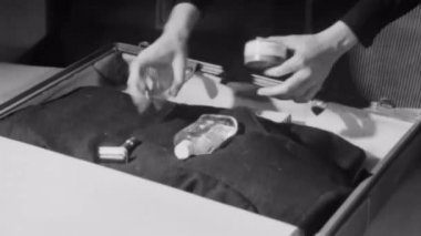 Woman packing suitcase — Stock Video