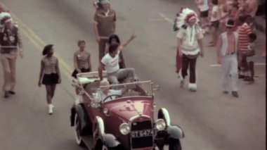 Men in vintage car  during parade — Stock Video