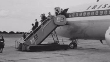 Passengers disembarking airplane — Stock Video