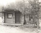Log cabin in the woods — Stock Photo