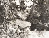 Female Trimmer of trees — Stock Photo