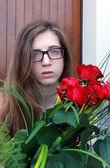Meisje met rode rozen — Stockfoto