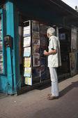 Uomo brasiliano lettura notizie in edicola — Foto Stock
