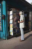 Braziliaanse Man lezing Headlines op kiosk — Stockfoto