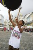 Young Brazilian Shows off with Drum Pelourinho Salvador — Stock Photo