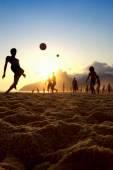 夕阳的剪影玩 Altinho 巴西海滩足球巴西 — 图库照片