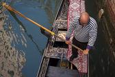 Gondoliere Gondel-Passagiere in Venedig drängen — Stockfoto