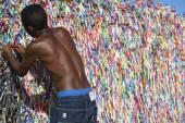 Trabajador brasileño frente a brasileño desea cintas — Foto de Stock
