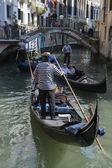在意大利威尼斯贡多拉运河上的威尼斯船夫 — 图库照片