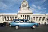 Edifício de Capitolio Havana Cuba com carros antigos — Fotografia Stock