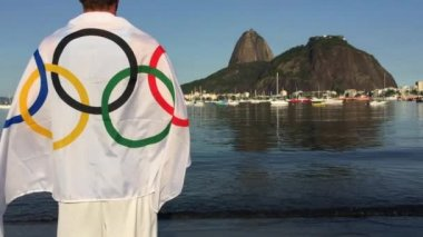 Man Wearing Olympic Athlete Flag Rio de Janeiro — Stock Video