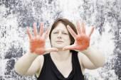 Las manos manchadas de rojo — Foto de Stock