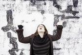 Kvinna som pekar uppåt — Stockfoto