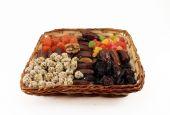 Frukt och mutter dessert i en flätad korg. isolerade objekt på whi — Stockfoto