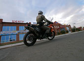 Buzuluk, Russia - October 6, 2010: an Unknown man biker rides a  — Stock Photo