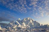 Natur och landskap på Grönland. Resa på vetenskapliga fartyget bland ices. Studera ett fenomen av den globala uppvärmningen. Ices och isberg i ovanligt bildar och färgar. — Stockfoto