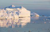 Naturaleza y paisajes de Groenlandia. Viajar en el buque científico entre los hielos. Estudio de un fenómeno de calentamiento global. Hielos y témpanos de colores y formas inusuales. — Foto de Stock