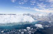 Natur und Landschaft Grönlands. Reisen Sie auf dem wissenschaftlichen Schiff unter Ices. Studium für ein Phänomen der globalen Erwärmung. ICES und Eisberge von ungewöhnlichen Formen und Farben. — Stockfoto