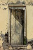 Verweerde geel deur — Stockfoto