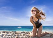 Young happy woman on sea background — ストック写真