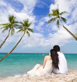 Young loving couple on tropical sea background — Zdjęcie stockowe
