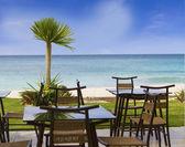 Table et chaises de restaurant en plein air sur la plage tropicale — Photo