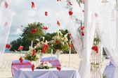 свадебная арка и настроенный на пляже — Стоковое фото