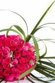 обручальные кольца и свадебный букет розовых роз изолированы по whi — Стоковое фото