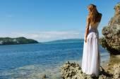 наружный портрет молодой невесты красавицы в подвенечном платье — Стоковое фото