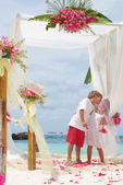 Young loving couple on wedding day in beautiful wedding setup wi — Foto Stock