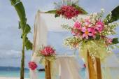 Wedding arch and set up with flowers on tropical beach — Стоковое фото