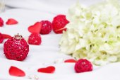 Wedding rings, decoration and bridal bouquet isolated over white — Foto Stock