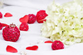 Wedding rings, decoration and bridal bouquet isolated over white — Стоковое фото