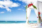 Wedding arch decarated with flowers on beach — Foto Stock